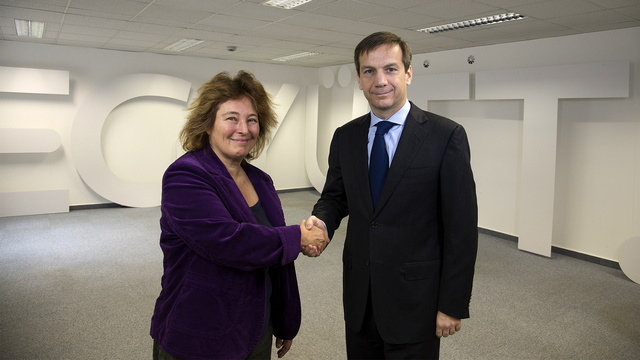 Ungár Klára, a SZEMA elnöke és Bajnai Gordon, az Együtt-PM vezetője a támogatási megállapodás aláírását követően, 2013. november 19-én.