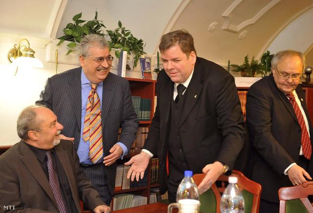 Ipkovich György (b) és Steiner Pál az MSZP országgyűlési képviselői, Schmuck Andor a Magyarországi Szociáldemokrata Párt elnöke (j2) és az ülést vezető Avarkeszi Dezső a Demokratikus Koalíció tagja (j) az ellenzéki együttműködés megbeszélésén a budapesti Pallas Páholyban 2013. január 23-án.