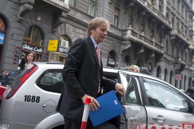 Fodor Gábor a Magyar Liberális Párt elnöke érkezik az MSZP-vel kezdődő egyeztetésre a közös egyénijelölt-állításról a szocialisták Jókai utcai székházába 2013. szeptember 10-én.