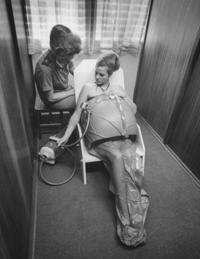 Spencer hatvan éven át fotózott, és számtalan háborúban megfordult, de néha békésebb témák is megmozgatták: ezen a képen nem egy kínzóeszköz látható, hanem egy johannesbourgi terhes nő használ valami furcsa készüléket az otthonában.