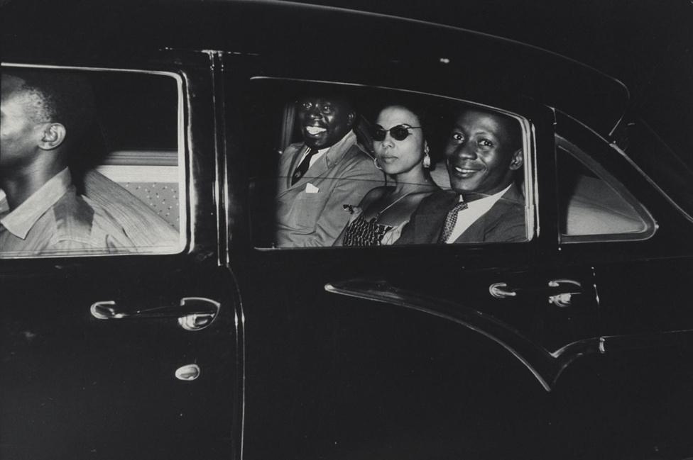 """1960, Kongó. A francia apától és afrikai anyától született Andrée Blouin (középen) az afrikai politika egyik kulcsfigurája volt már nagyon fiatalon, 22 évesen ő lett """"Kongó Madame Du Barry-ja"""", Lumumba protokollfőnöke. Halála után száműzték Afrikából is, Európából kampányolt a gyarmati politika ellen."""