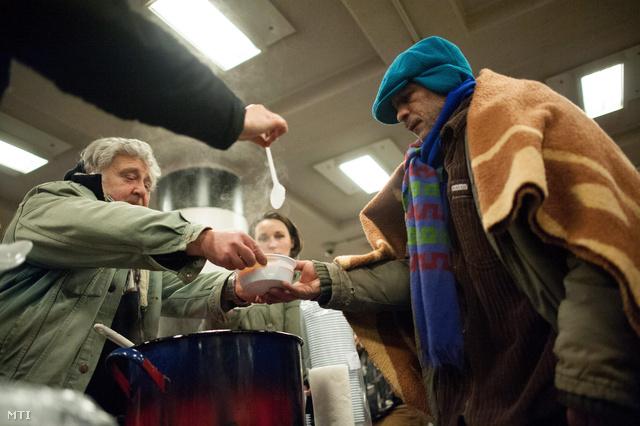 A Börtön Helyett Lakhatást! hálózat Szolidaritás éjszakája címmel megrendezett akciója keretében tartott ételosztás a Blaha Lujza téri aluljáróban 2013. január 19-én.