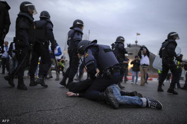 Kormányellenes tüntetőt fognak le a rendőrök Madridban