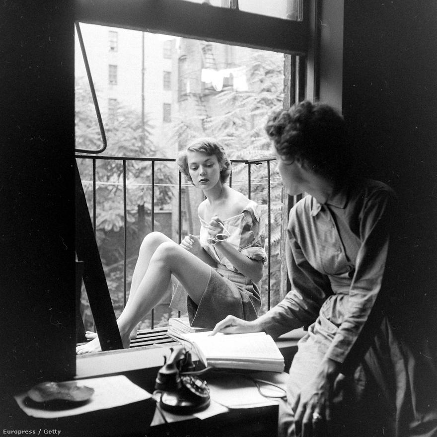 Jean Patchett az ötvenes évek egyik leghíresebb és legjobban kereső fotómodellje volt, akkoriban nem lehetett találni olyan magazint, divatfotót vagy hirdetést, amin ne ő szerepelt volna. Korábban a fotómodellek inkább átlagos lányoknak tűntek, Patchett hozta be a hűvös eleganciát, a jégkirálynős attitűdöt a modellkedésbe.  Ez a hétköznapi életkép, amint üldögél egy New York-i tűzlépcsőn, miközben beszélget a barátnőjével, még karrierjének az elején, 1948-ban született.