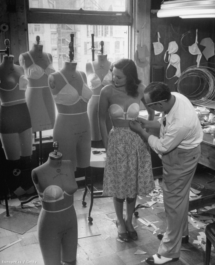 Leen volt a Life történetének egyik leginkább divatérzékeny fotósa, rendszeresen járt Párizsba, volt érzéke a divatbemutatók feldolgozásához is. A képen Jack Glick egy általa tervezett pántnélküli melltartót igazít egy modellre.