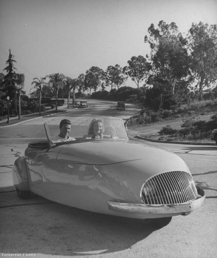 Vagy egy másik példa: mintha egyenesen egy sci-fiből érkezett volt ez a kép, de nem, 1945-ben vezették a fiatalok ezt a háromkerekű autót.