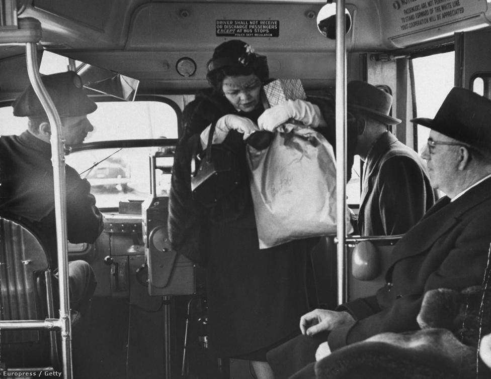 Akiknek bejött az élet, és akiknek nem: itt éppen egy hölgy száll fel a buszra, és keres két centet a jegyre a pénztárcájában.