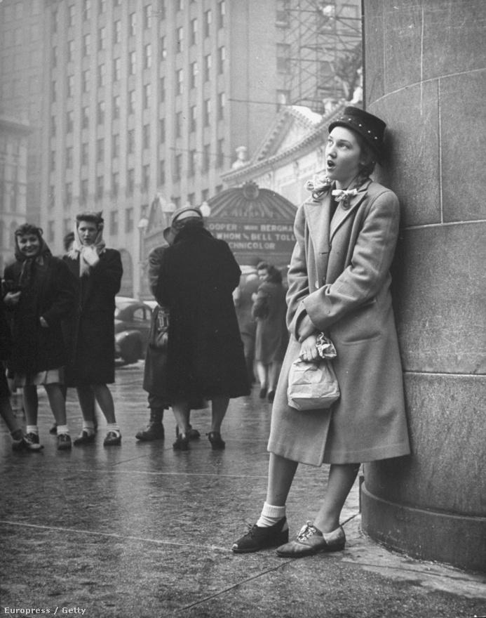 Leen híres volt végtelen türelméről, imádtak vele dolgozni, mert képes volt kivárni a pillanatot. Valószínűleg ezért sikerült megtalálnia a közös hangot a tinédzserekkel is. A képen éppen egy tizenéves lány énekel az utcasarkon egy beavatási rítus keretében.