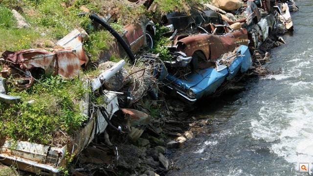 Tuckasegee-folyó, Észak-Karolina. A fémvázak itt gyakorlatilag eggyé lettek a lejtővel