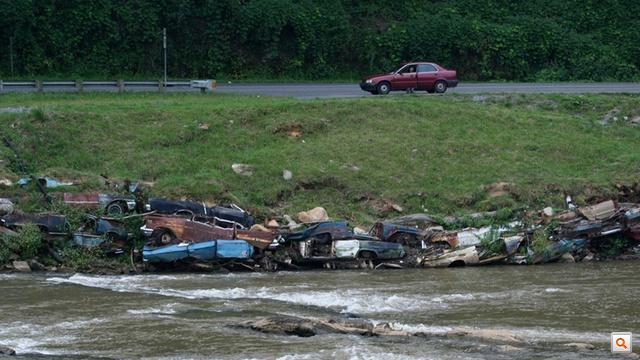 A Tuckasegee-folyón egy út menti Detroit Riprap. A támfal láthatóan jól szolgál
