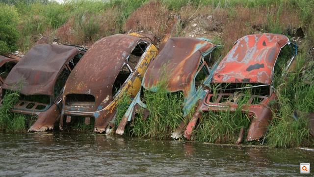 Autók hassal a partnak Montanában, a Horn-folyón