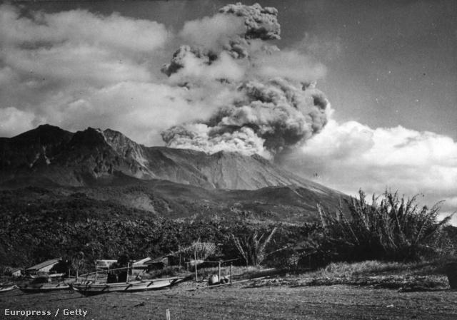 A felvételen a vulkán egy későbbi, 1955-ös kitörése látható