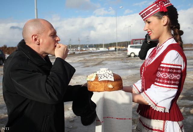2013. február 1. Szergej Kirijenko a Roszatom orosz állami atomenergetikai társaság elnöke Fehéroroszország első atomerőműve második reaktorblokkja építkezésének ünnepélyes megnyitásán