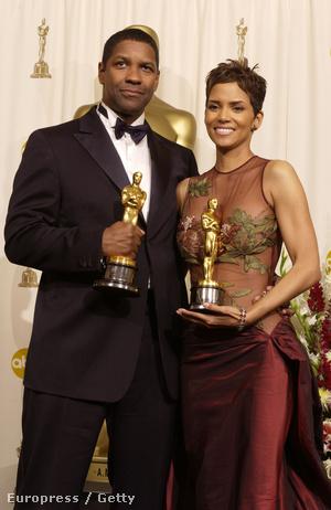 Halle Berry és Denzel Washington a 2002-ben elnyert Oscar-díjakkal.