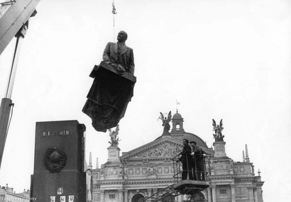 Több szobor a II. világháborúban sérült                          meg, másokat a szovjet befolyási övezetben                          lezajlott rendszerváltások alatt döntöttek le.                          1990. szeptember 15-én Lenin szobrát is                          elbontották az ukrán Lvov város főteréről -                          ugyanez történt a legtöbb nyugat-ukrajnai,                          vagyis nem oroszok lakta városban.