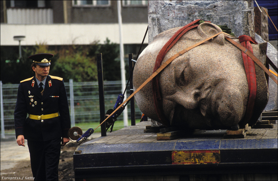 1970-ben három nappal Lenin születésének 100. évfordulója előtt adták át a 19 méteres szobrot Berlinben, amit aztán 1991. novemberében, két évvel a berlini fal lebontása után le is döntöttek. A szobor hatalmas fejét a város külterületén temették el, ugyanakkor 2010-ben úgy döntöttek, hogy kiássák, és múzeumban állítják ki.