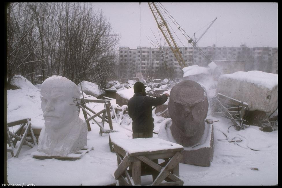Munkában a szobrászok, gyártják gránitból a hatalmas Lenin-fejeket a Mityiscsiben lévő szoborgyárban. A Moszkva közelében készült Lenin-szobrok egészen Connecticutig eljutottak. Érdekesség, hogy a Budapesten járó szovjet metrókocsikat is Mityiscsinszkij Zavodban gyártották.
