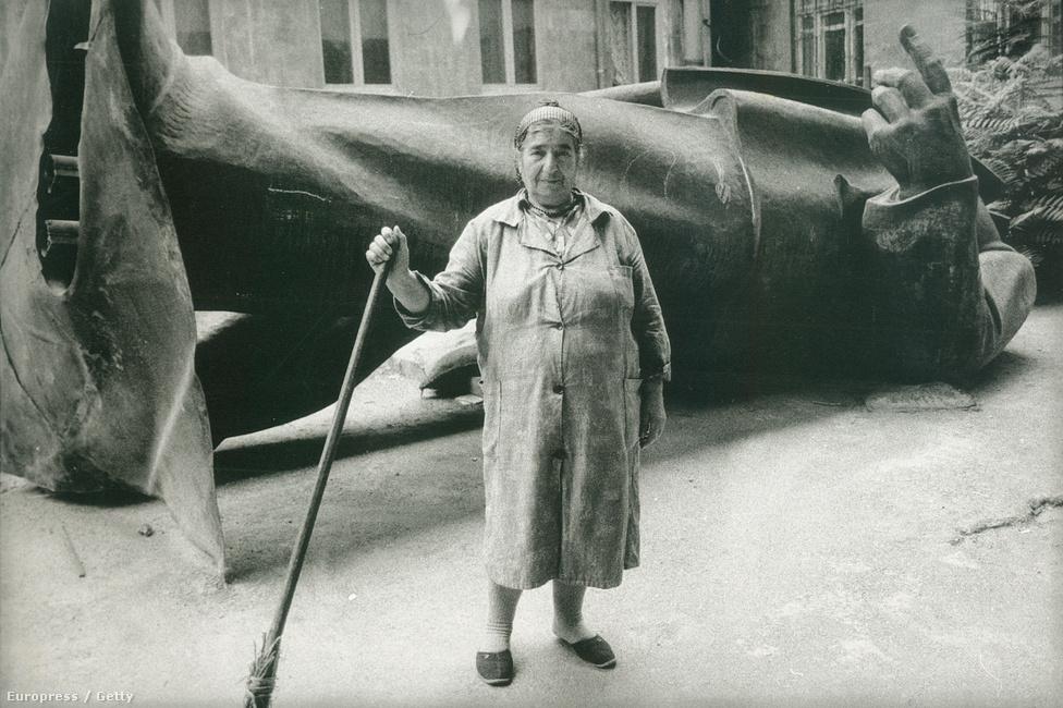 Az 1991-ig a Köztársaság téren magasodó Lenin immár fejetlenül került a Történeti Múzeumba Jerevánban, ahol a takarítók fényképezkedtek vele.