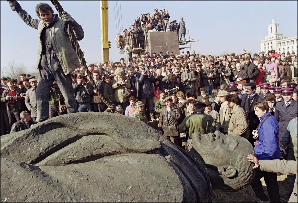 1500-an kiáltottak fel egyszerre örömükben,                          amikor 1990. március 5-én két daru                          segítségével három nap után végül sikerült                          feldönteni Lenin szobrát Bukarestben. A szobor                          25 évig magasodott a márvány talapzaton.