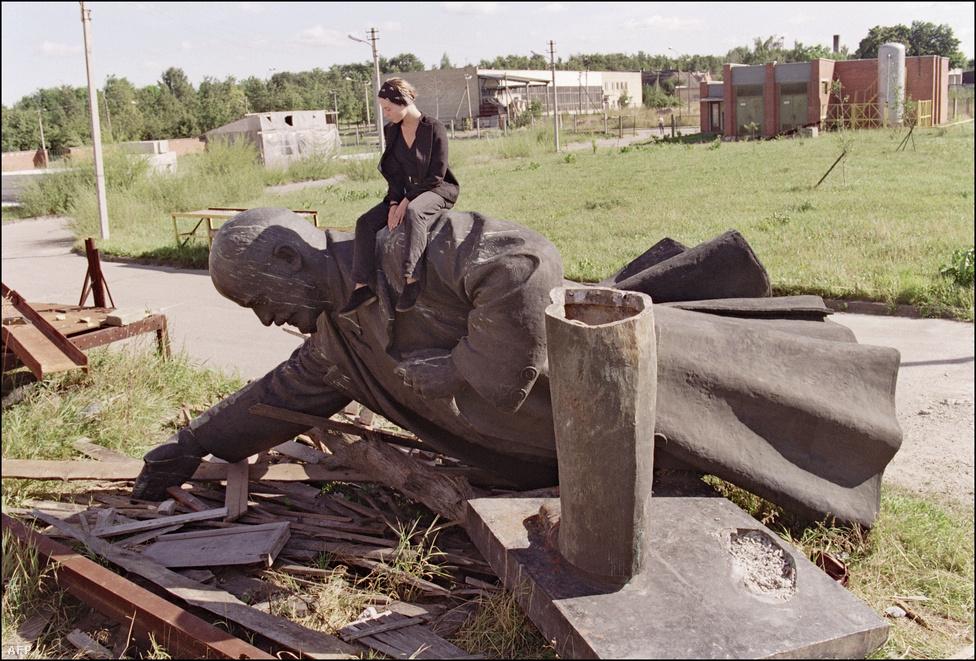 Lenin válláról sokkal jobb a kilátás. Litvániában kilenc Lenin-szobor is állt, csak a fővárosban, Vilniusban kettő volt, de ezeket mind ledöntötték 1991-ben. Volt, amelyiket végül egy Vilniushoz közeli szoborparkban helyeztek el. Litvániában egyébként csak 8 százalékos az orosz népesség aránya.
