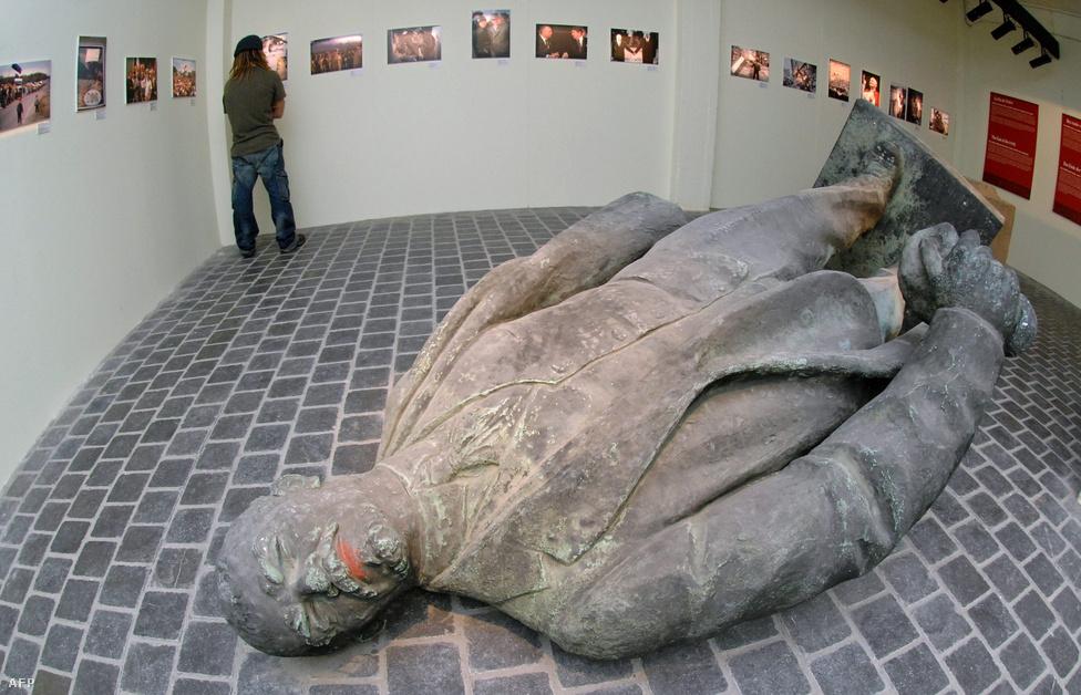 Ahogy sok másik Lenin-szoborból, ebből is kiállítási darab lett, természetesen fektetve. A mi történelmünk – az európai történelem 50 éve nevű kiállítás Brüsszelben 2007 novemberében.
