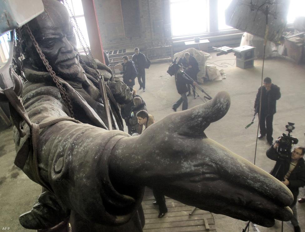 2009. április 1-jén valakik megpróbálták felrobbantani Lenin egyik legismertebb köztéri szobrát a Finn pályaudvar előtt. A szobron egyméteres lyukat ütött a robbanás, a helyreállítása közel 50 millió forintba került. Lenin 1917-ben a száműzetésből visszatérve a pályaudvar előtt mondta el legismertebb beszédét egy páncélautó tetejéről.