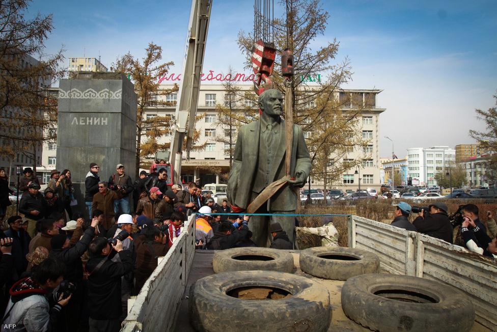 2012. október 14-én leemelték a talapzatáról az utolsó Lenin-szobrot Ulánbátorban. Az 58 évig a mongol fővárosban magasodó szobrot néhány száz dollárért árverezték el. Lenin idején Mongólia nagy segítséget kapott Moszkvától függetlenségi törekvései valóra váltásához, és a második világháború befejezéséig a Szovjetunió volt a világ egyetlen országa, ami elismerte függetlenségét.
