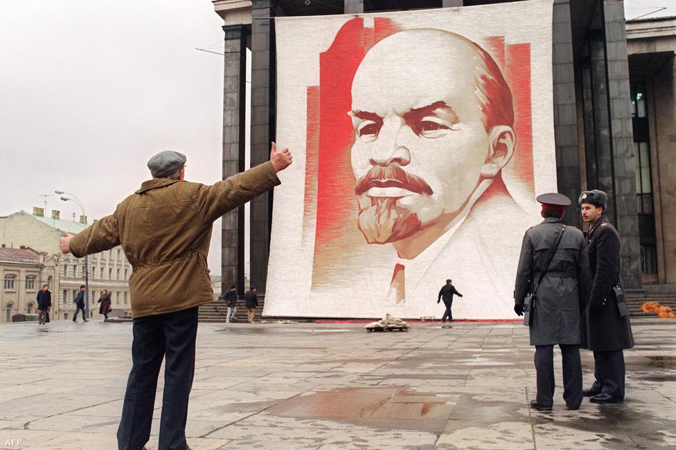 1989-ben, az orosz forradalom 72.                          évfordulójára még Lenin hatalmas                          portréjával készültek Moszkvában, amit a Kreml közelében                          álló Központi Lenin Könyvtárra függesztettek                          ki. Fordulatokkal teli évek után, 1992-ben viszont már az intézményt is átnevezték, ma Oroszországi Állami Könyvtár a neve.