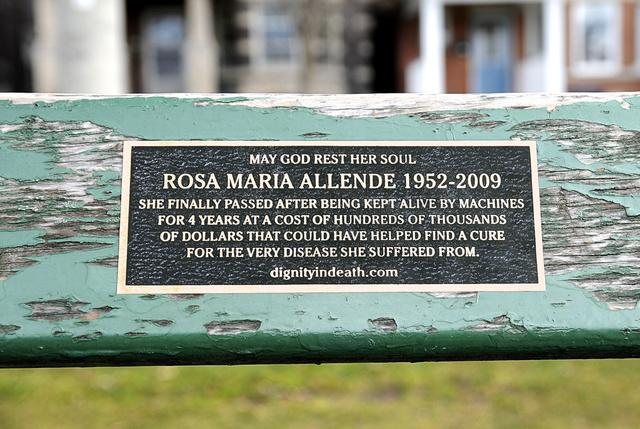 """""""Rosa Maria Allendét négy évig gépek tartották életben. A több százezer dolláros kezelési költség mehetett volna kutatásra is, mely segíthetett volna gyógyíthatóvá tenni betegségét."""""""