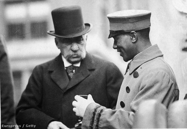 Az 1900-as évek elején készült felvételen JP Morgan egy kifutófiúval beszélget