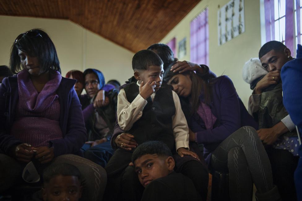Egy halott bandatag rokonai a temetésen. Az erőszak nagyon korán a gyerekek életének szerves részévé válik: kezdetben csak játékból csinálják, viszont ők is fokozatosan annak a kegyetlen logikának a részeivé válnak, ami a gettót irányítja.