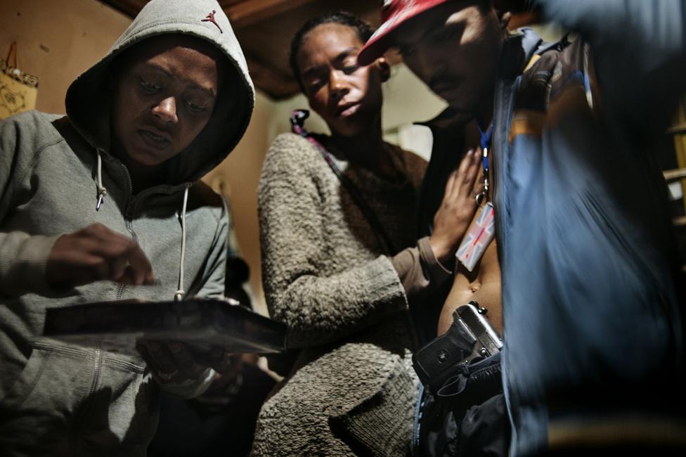 Heroint készítenek elő a bandatagok Hanover Parkban. A  drogkereskedelem virágzik ezeken a területeken, ami segíti fenntartani és növelni a bandák népszerűségét és hatalmát. A bandák jelenléte átszövi a mindennapi életet: ők határozzák meg a rendet és kultúrájuk az egész városrész életét áthatja.