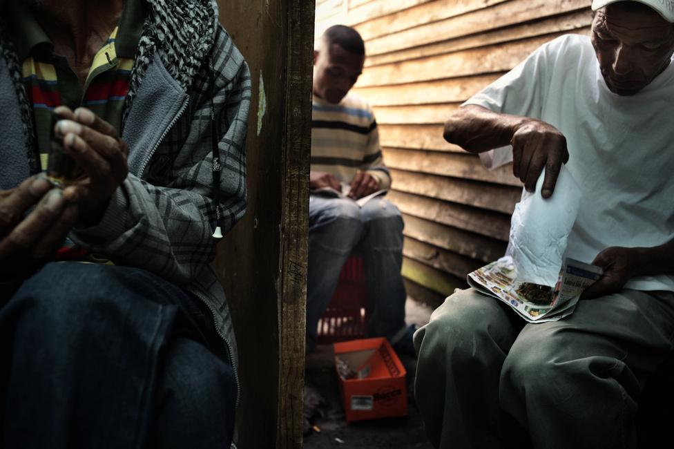 Bandatagok marihuánát mérnek ki, amit Manenberg utcáin akarnak értékesíteni. A környék szegény, munkanélküli és kiábrándult fiataljai tökéletes utánpótlást jelentenek a bandák számára. Mivel az illegális drogbiznisz sokkal jobban fizet, mint a dél-afrikai gazdaság sok más szektora, a bandák jó pénzért tudják foglalkoztatni a környéki srácokat. 2013 szeptemberében 16 iskolát kellett Manenbergben ideiglenesen bezárni, mert 11 hónapon belül 10 ember gyilkoltak meg a környéken. A rendőrség információ szerint júniusban hetente átlagosan négy-öt lövöldözés volt hetente és bár a megnövelt rendőri jelenlét és a két helyi banda, az Americans és a Hard Livings békeszerződése ideiglenesen lenyugtatta a környéket, a rendőrök még mindig általuk ellenőrzött útvonalakat jelölnek ki, hogy a gyerekek biztonságosan tudjanak iskolába járni.