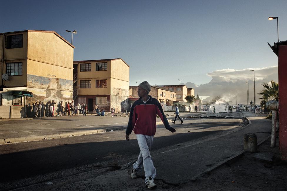 A rivális bandák lövöldözése után egy manenbergi utcán. A bandák jelenléte két részre osztja a negyedek lakóit. Az emberek egyik része már gyerekkorától arra készül, hogy csatlakozzon az egyik bandához: az ő életük a pénzért és hatalomért folytatott folyamatos erőszakos harcról szól. A többiek a bandák uralmának elszenvedői: ők nem vesznek részt az alvilág életében, viszont a bűnözők kegyetlenségének ők is gyakran az áldozataivá válnak, mivel egy olyan világban, amelyet a bandák tartanak a kezükben, nehéz hosszabb ideig semlegesnek maradni.
