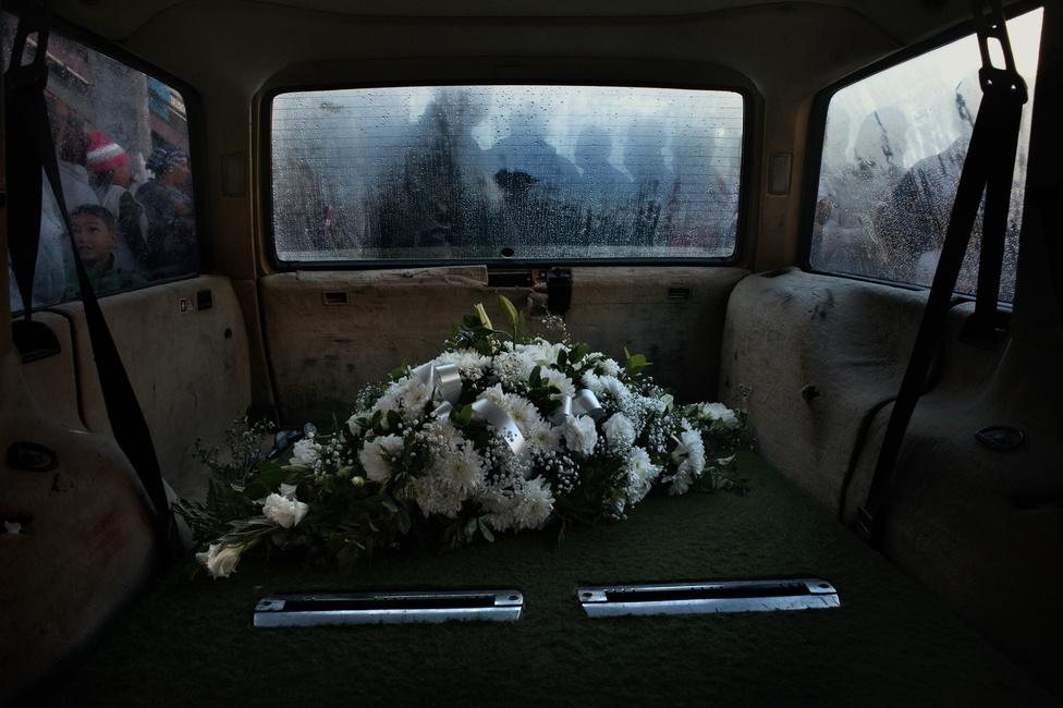 Halottaskocsi Hanover Parkban. Az ENSZ Kábítószer-ellenőrzési és Bűnmegelőzési Hivatalának 2010-es felmérése szerint a Dél-Afrikában a nem természetes halálozások kiváltó okai közül a gyilkosság az egyik legelterjedtebb. Bár a helyzet javul, az ország még így is a világ élvonalában van erőszakos halálozások szempontjából: míg 1995-ben 100 ezer emberre 65, 2011-ben 31 gyilkosság esett az ENSZ adatai szerint. Ugyanez Magyarország esetében 3 és 1,4 volt. Fokváros még ebből is kiemelkedik, itt százezer lakósra 41 gyilkosság esik, és ezek az esetek a külvárosi szegénynegyedekre koncentrálódnak.