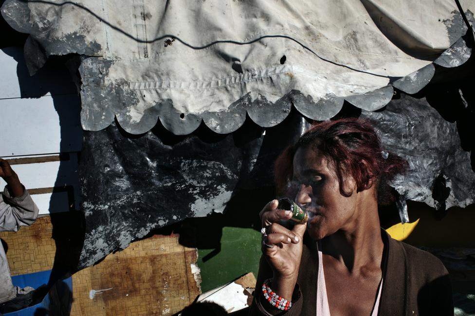 A tik legelterjedtebb fogyasztási módja a füstjének szívása: ehhez jellemzően a sörösüveg nyakából csinálnak pipát, vagy villanykörtéből szívják szívószállal a kábítószer füstjét.