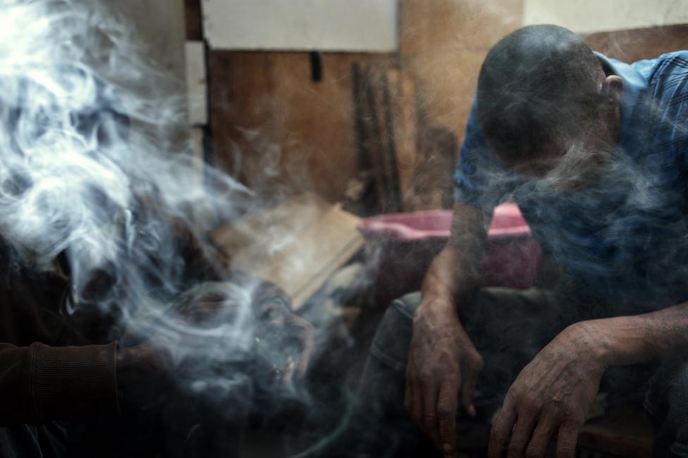 A bandatagok tiket szívnak Lavander Hillben. A fiatalok körében különösen népszerű a tik, amely magabiztosságot kölcsönöz és eufóriát okoz a használónak. Sokkal addiktívabb az alkoholnál vagy a fűnél, ugyanakkor Grant Jardine, a Fokvárosi Drogmegelőzési és Tanácsadó Központ igazgatója szerint nagyobb arányban gyógyulnak meg a tikfüggők, mint például a heroinisták. Ez azért van, mert a tikhasználók gyorsabban keresnek segítséget, mint más szerhasználók, amit az is elősegít, hogy a tik nagyobb eséllyel okoz bad tripet, ami korán megijeszti a függőket.
