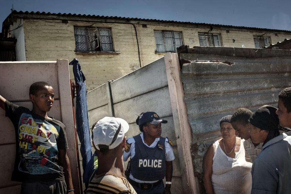 A szegénység senkinek nem teszi lehetővé, hogy hosszú távon távol maradjon a veszélytől. A szegénynegyedekben a férfiak, a nők és a gyerekek számára is mindennapos a bandatagok jelenléte: vagy azért találkoznak velük nap mint nap, mert ők is az alvilág valamelyik iparágában keresik a kenyerüket, vagy azért, mert egy egyszerű Cape Flats-i lakosnak nem kell messze mennie, hogy egy utcai lövöldözés szemtanújává váljon. Ennél fogva rendőröknek praktikus az emberek között kérdezősködni, ha egy aktuális konfliktus törésvonalait akarják felderíteni.
