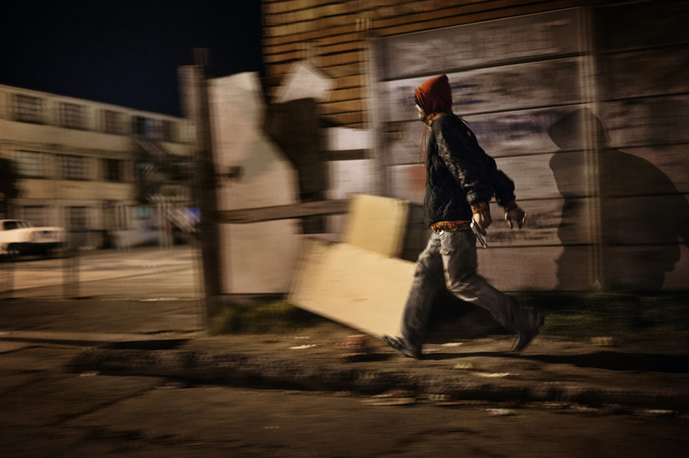 Egy bandatag  Hanover Park utcáin fut át a rivális banda területe felől érkező lövések hangját hallva. A bandához tartozás életre szóló elköteleződést és hűséget követel meg. Egy olyan ideológiáról van szó, amely saját hatalmi hierarchiával rendelkezik, és amely a bandán kívül és belül is tekintélyt jelent. Ebben a rendszerben bármilyen szabály áthágása halálos véteknek bizonyulhat.