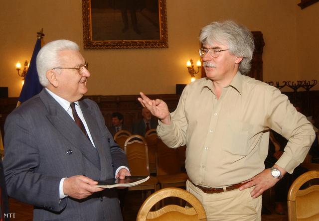 Boross Péter volt miniszterelnök (b) és Szakály Sándor 2005-ben