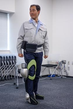 Az is egy robot a csávó lábán