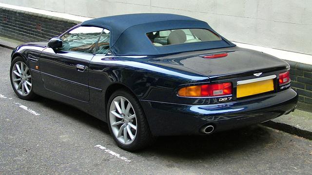 Talán csak a nagyon elvetemült Mazda 323F rajongók ismernék fel azonnal az Aston Martin DB7 hátsólámpáit