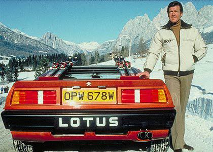 Titkosügynök egzotikus sportkocsival és kevésbé egzotikus hátsólámpákkal. Lotus Esprit és a Rover 3500 egy képen