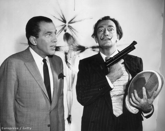 Az ötvenes-hatvanas évek nagy tévését, Ed Sullivant promotálja. A II. világháborúban az Egyesült Államokba emigráló Dalí hamar celebbé vált, ami hosszú távon sem neki, sem művészetének nem tett igazán jót.