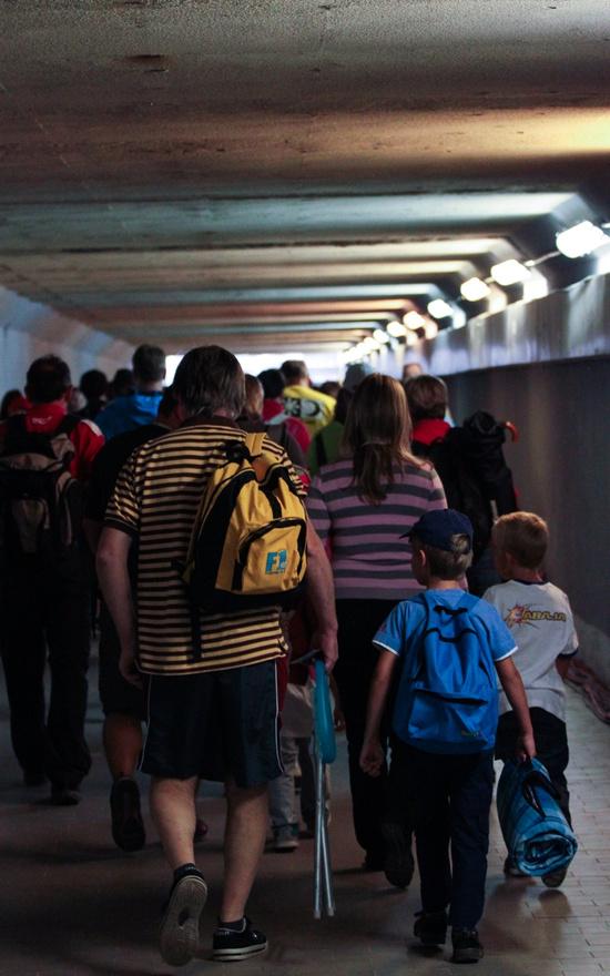 Vasárnap kora reggel megindul az őrület. Hat óra körül már tömegek vándorolnak a pálya szélére egy-egy jobb hely reményében. Itt épp, a célegyenes alatti alagútban hömpölygő embereket sikerült megörökíteni.
