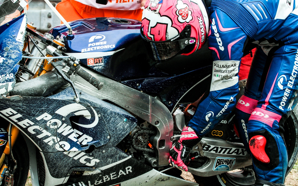 Aleix Espargaro az edzésen begyűjtött bukás nyomait igyekszik korrigálni motorján, hátha azzal még visszavánszorog a garázsba.