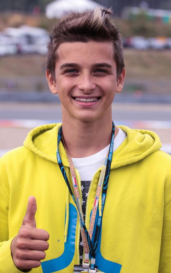 Rossi öccse, Luca Marini vidáman nézi testvérét a pálya széléről. Úgy tűnik, hogy hamarosan őt is a világbajnokság állandó szereplői között láthatjuk.
