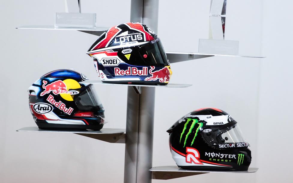 A MotoGP jelenlegi mezőnyéből pont a képen látható fejfedők viselői tornyosulnak a vetélytársak fölé. (Pedrosa, Marquez, Lorenzo, balról jobbra)