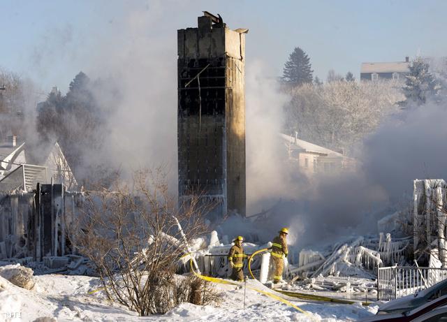 Tűzoltók dolgoznak a tragédia helyszínén