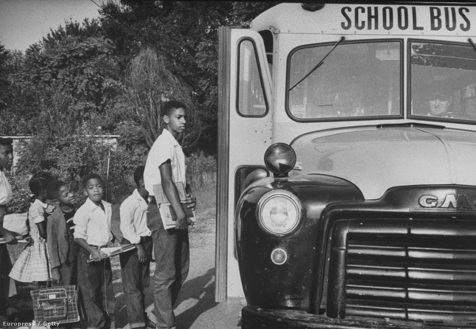 Afroamerikai diákokat szállító iskolabusz. Amikor ez a kép készült 1956-ban, a feketék integrációja már igen forró téma volt az Egyesült Államokban. Egy évvel azután vagyunk, hogy Rosa Parks emlékezetesen nem adta át a helyét a buszon a fehéreknek fenntartott széken ülve.
